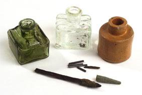 Encriers et plumes retrouvés lors des fouilles