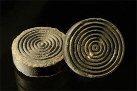 Pions de marelle assise retrouvés lors des fouilles