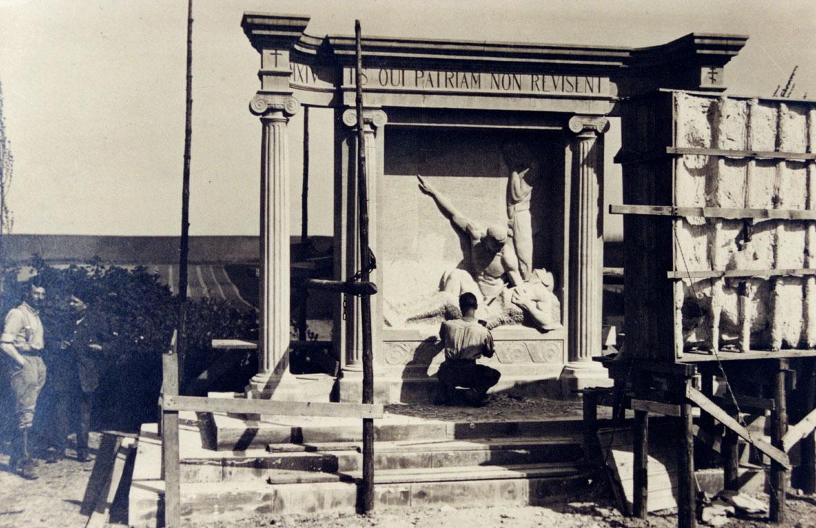 Le monument aux morts, presque terminé