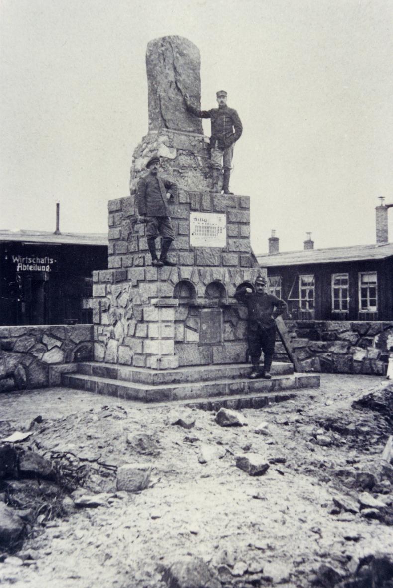 Le monument du camp pendant la guerre